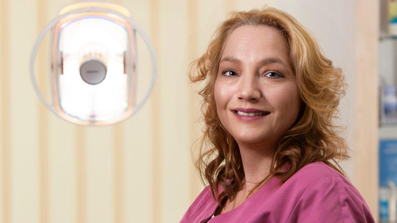 Stella Kalesoglou, ZMV, QMB Praxismanagerin – seit 2014 in unserer Praxis